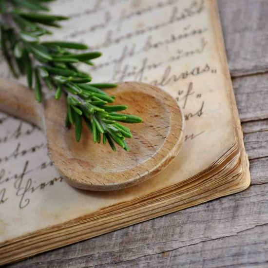 Kochlffel auf antikem Rezeptbuch